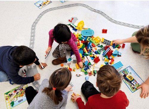 Dzieci bawiące się klockami edukacyjnymi Lego rozwijają kluczowe umiejętności XXI wieku, takich jak logiczne myślenie, umiejętność pracy w grupie oraz kompetencje komunikacyjne.