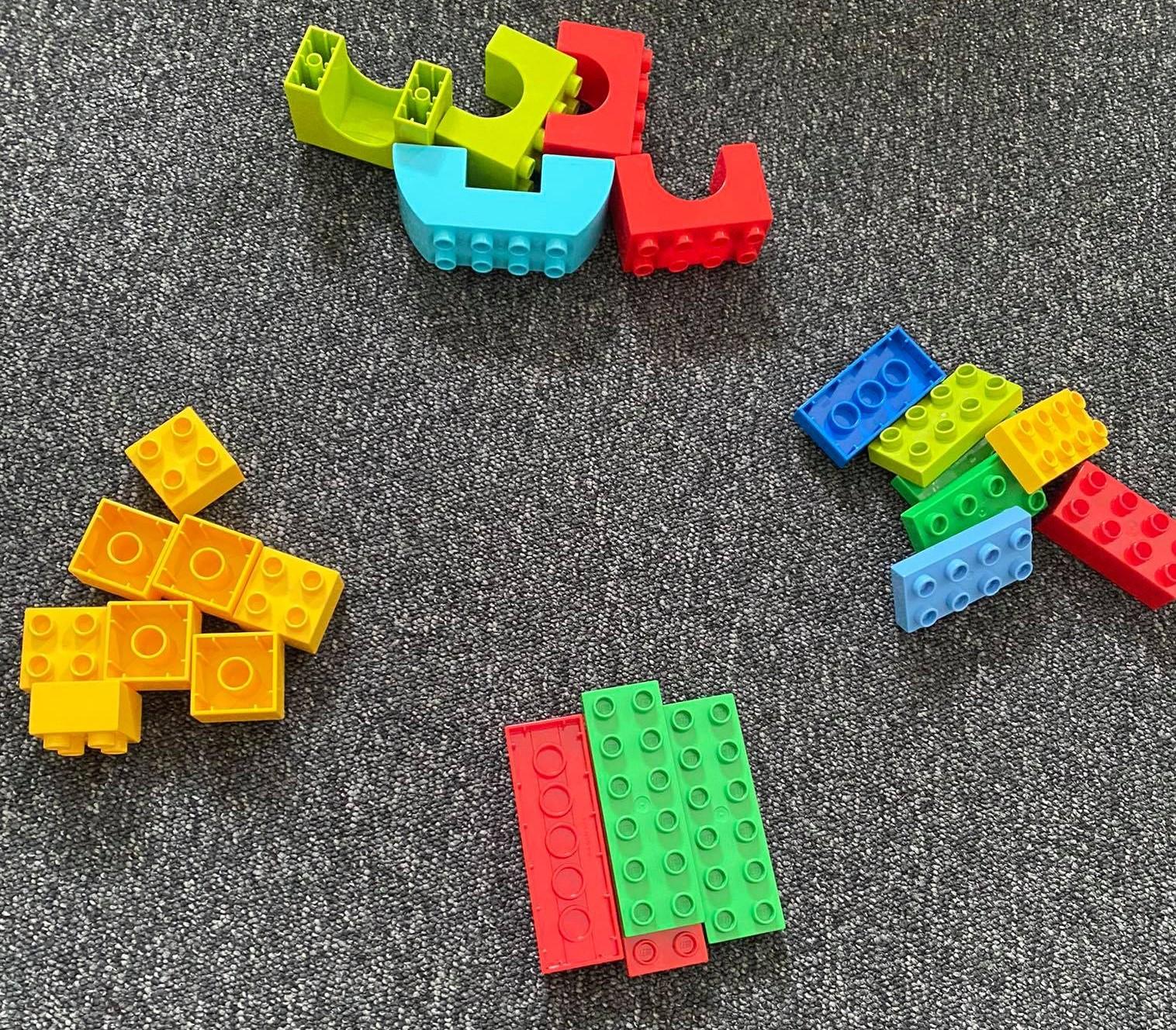 Sortowanie klocków Lego ze względu na ich kształt pomaga rozwinąć kluczowe kompetencje STEAM