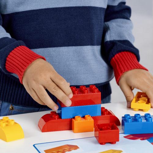 dziecko w przedszkolu szkole podstawowe bawiące się edukacyjnymi klockami Lego jako sposób na rozwój kompetencji STEAM